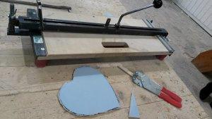 Fliese in Herzform geschnitten mit Werkzeug