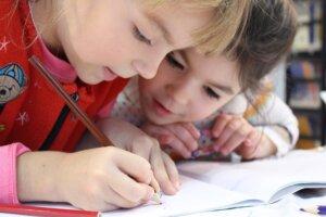Symbolbild schreibendes Kind