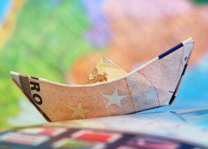 Symbolbild Geld - zu einem Schiffchen gefaltet
