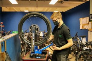Ein Monteur spannt ein Rad in die Zentrierrvorrichtung ein.