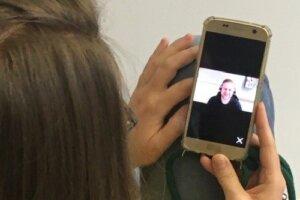 Eine Schülerin testet die Videoberatung und sieht ihren Berufsberater.