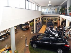 Ein Verkaufsraum eines Autohauses mit mehreren Fahrzeugen und Beratungsplätzen